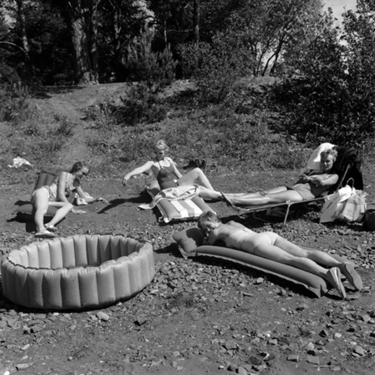 HAMAR CAMPING, MARTODDEN, HAMAR, JUNI 1959. UKJENT KVINNER SOLER SEG, GUMMIMADRASSER, SOLSENG,