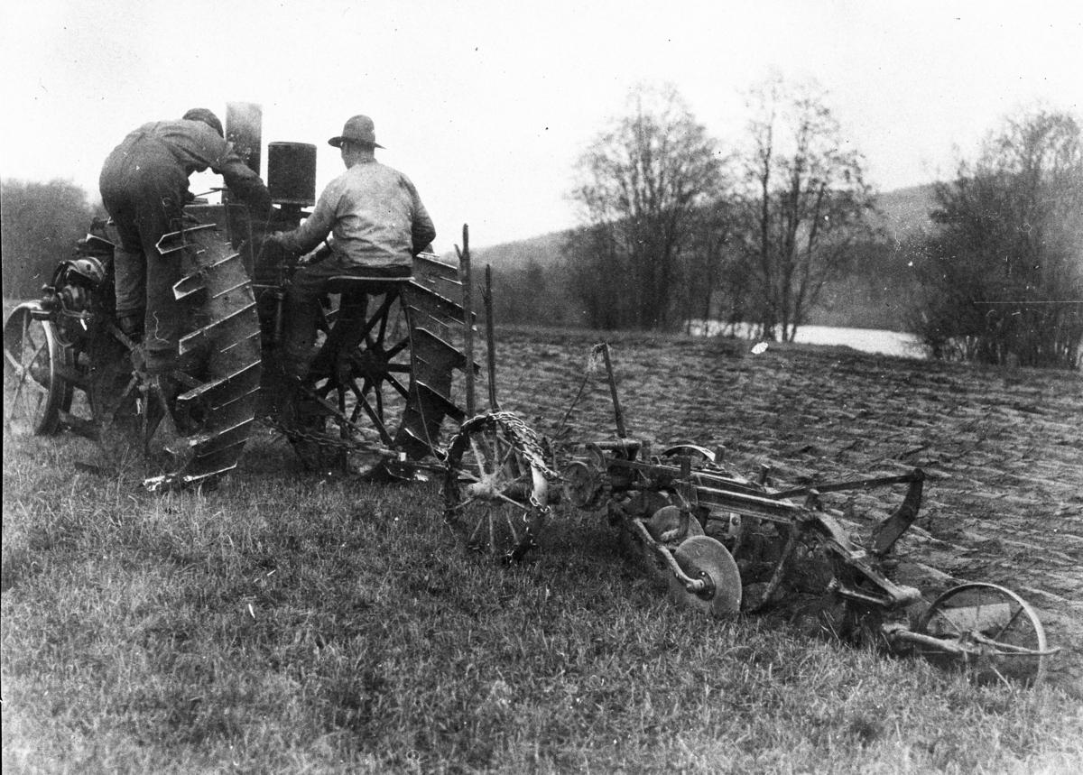 Pløying med traktor