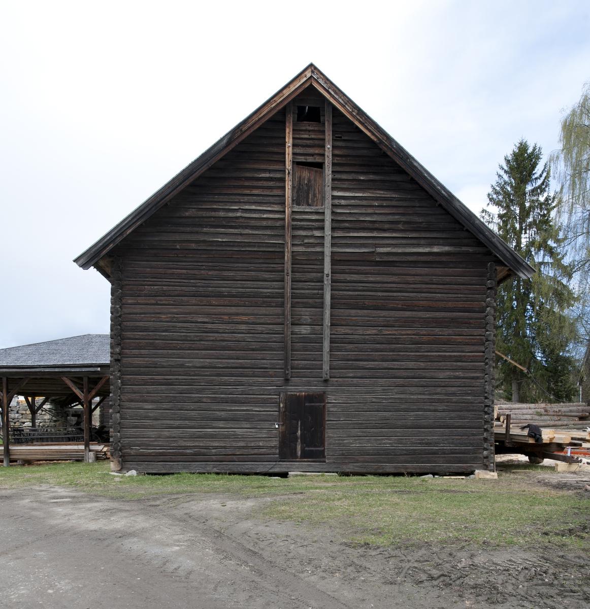 Låve med to fløyer i vinkel, laftet: Bygningen har saltak tekket med flis. Kjøringa går gjennom hele bygningen og har sin begynnelse over stallen i nord. Dette er et tidlig eksempel på en enhetslåve der mange funksjoner er samlet under et tak. Stallen har innredning for fem hester med krybbe og foringsgang. På langsiden inn mot tunet er det oppført et hus for hestevandring. Det har pyramideformet tak som hviler på stolper.
