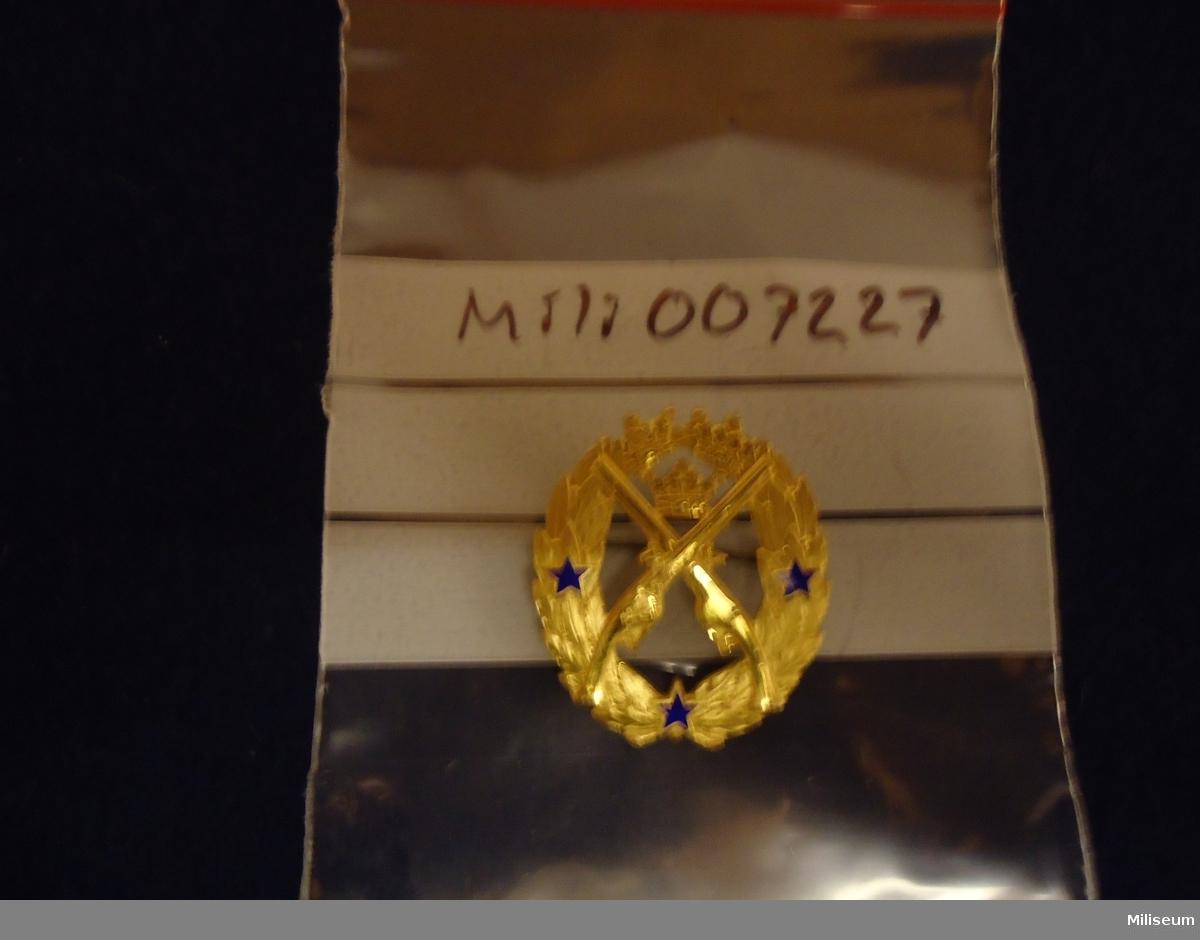 Försvarsmaktens pistolskyttemärke i guld, årtalsmärke, tillverkat 1961. 22694.