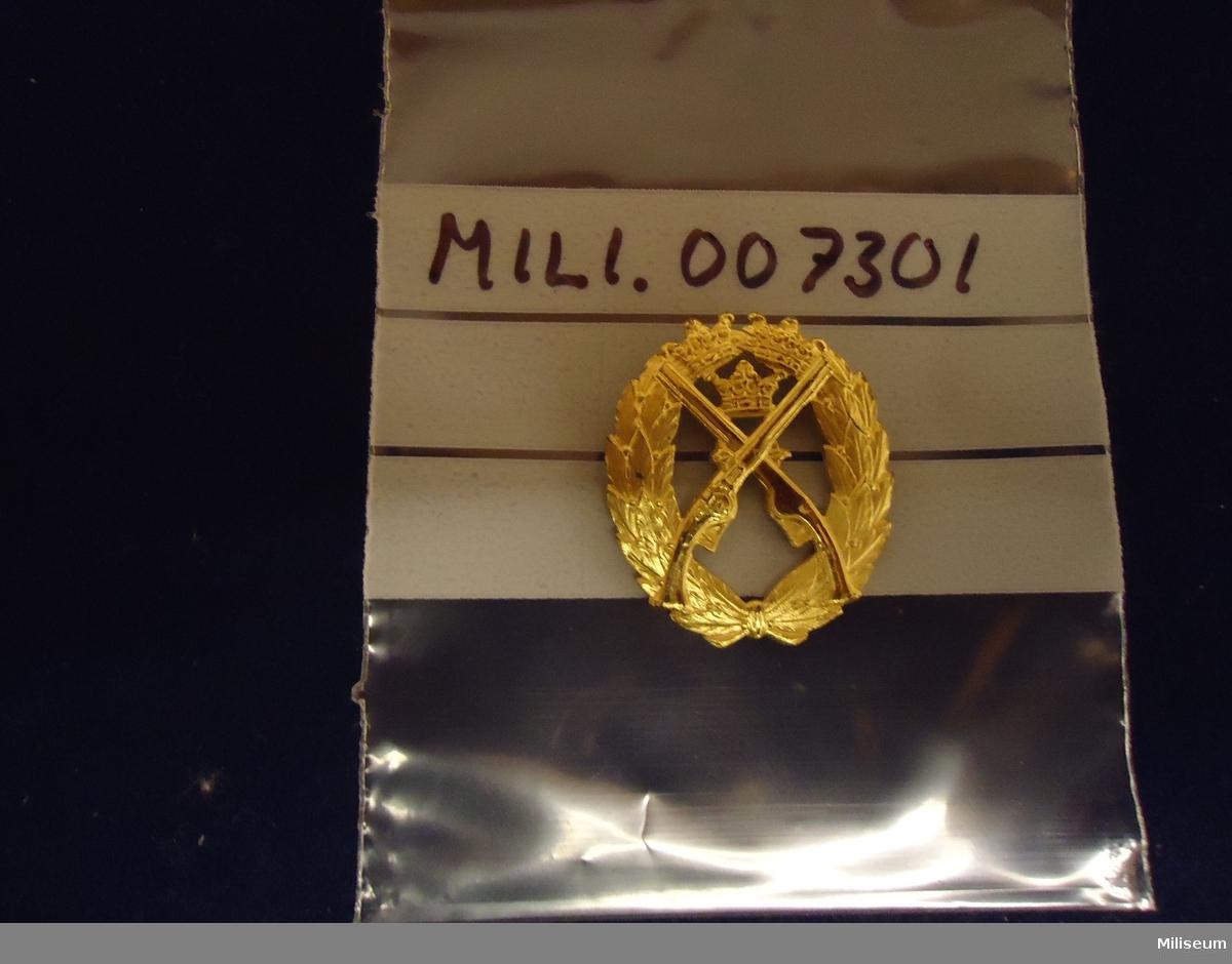 Pistolskyttemärket av förgyllt silver (årtal oläsligt).