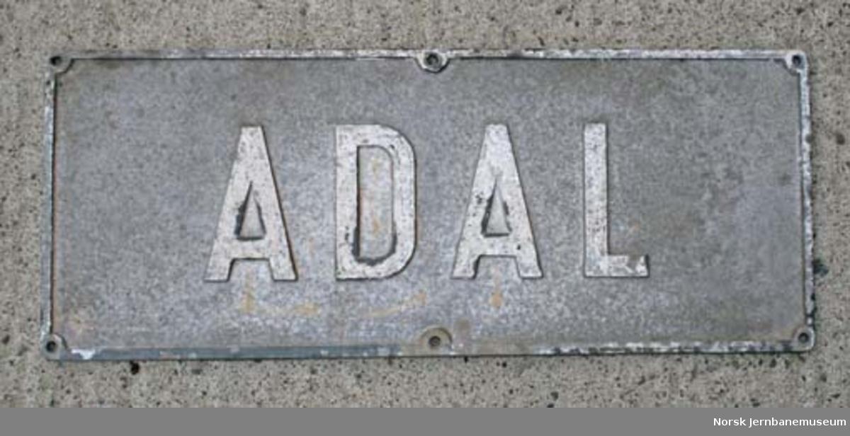 Stasjonsskilt fra Adal stasjon