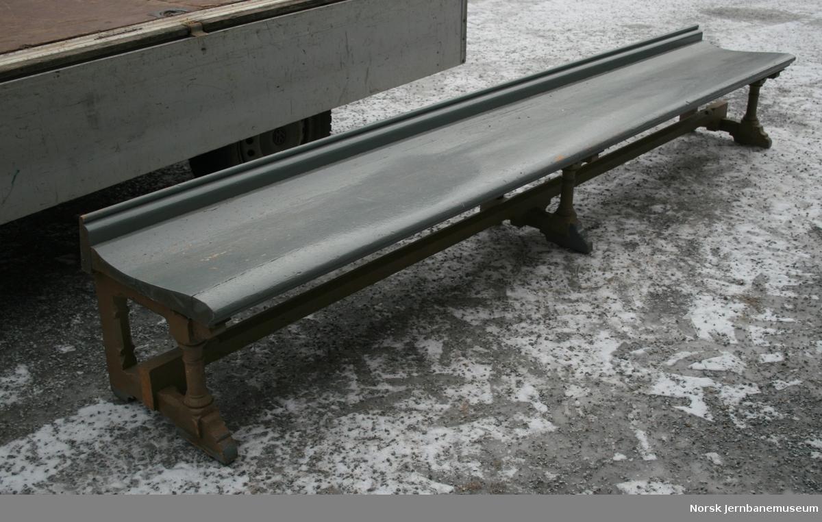 Møblement for venteværelse : benk