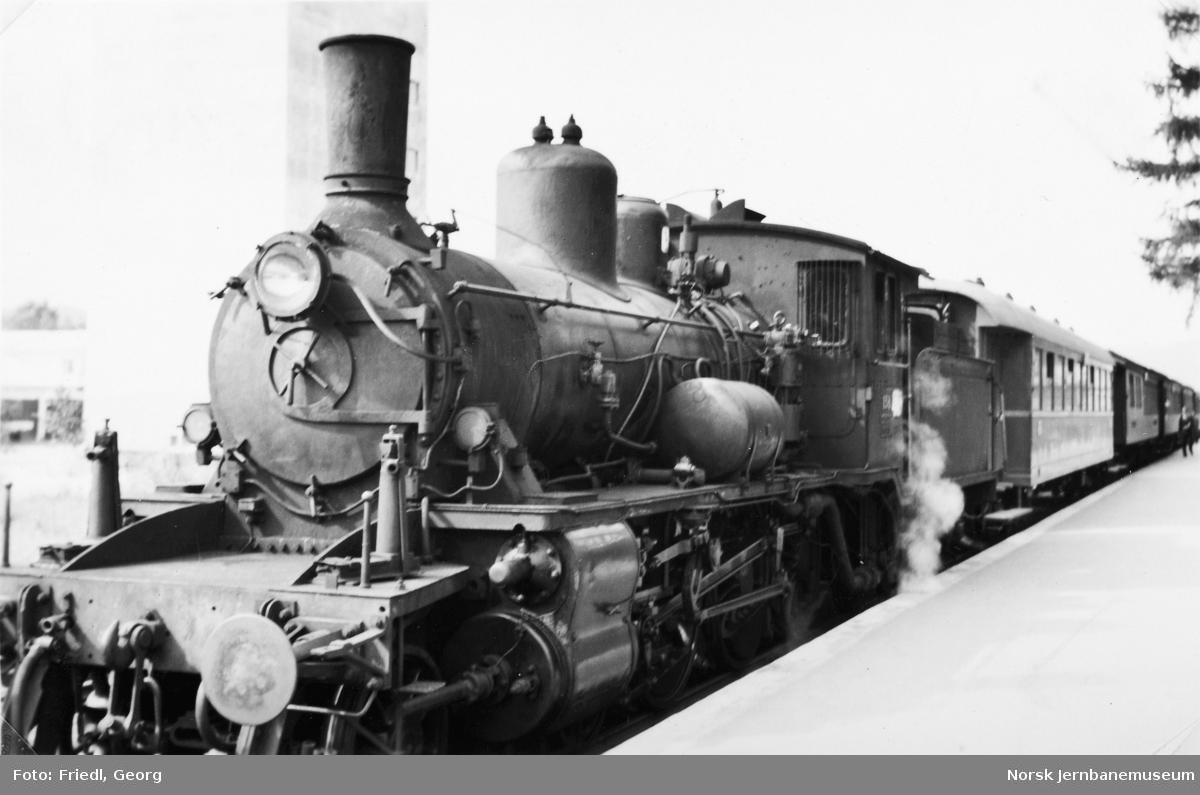 Damplokomotiv type 18c nr. 158 foran Rørosbanens dagtog på Koppang stasjon