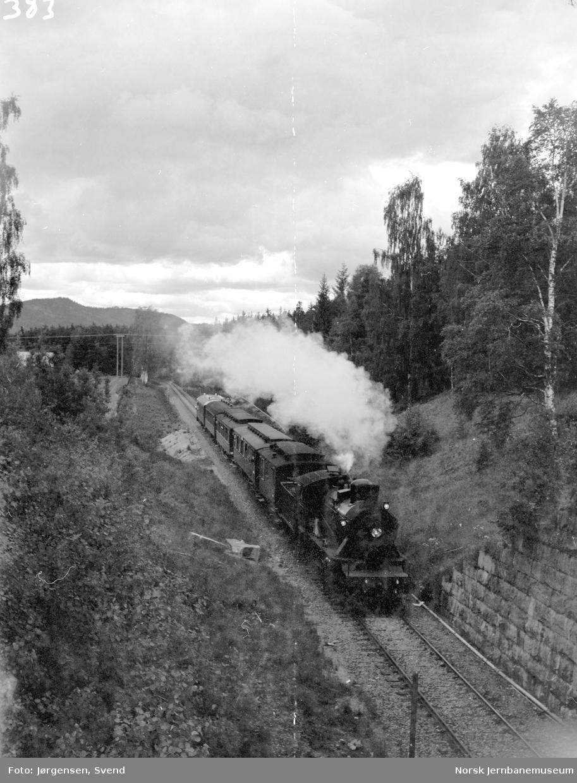 NSB damplok type 24b nr. 236 med NJK-tog på Solørbanen, ved vegovergangen sør for Flisa stasjon
