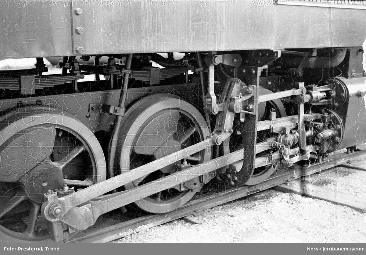 """Damplokomotiv type XXIXa nr. 5 """"Bjørkelangen"""" utstilt på høyskolen i Trondheim, drivhjulene"""
