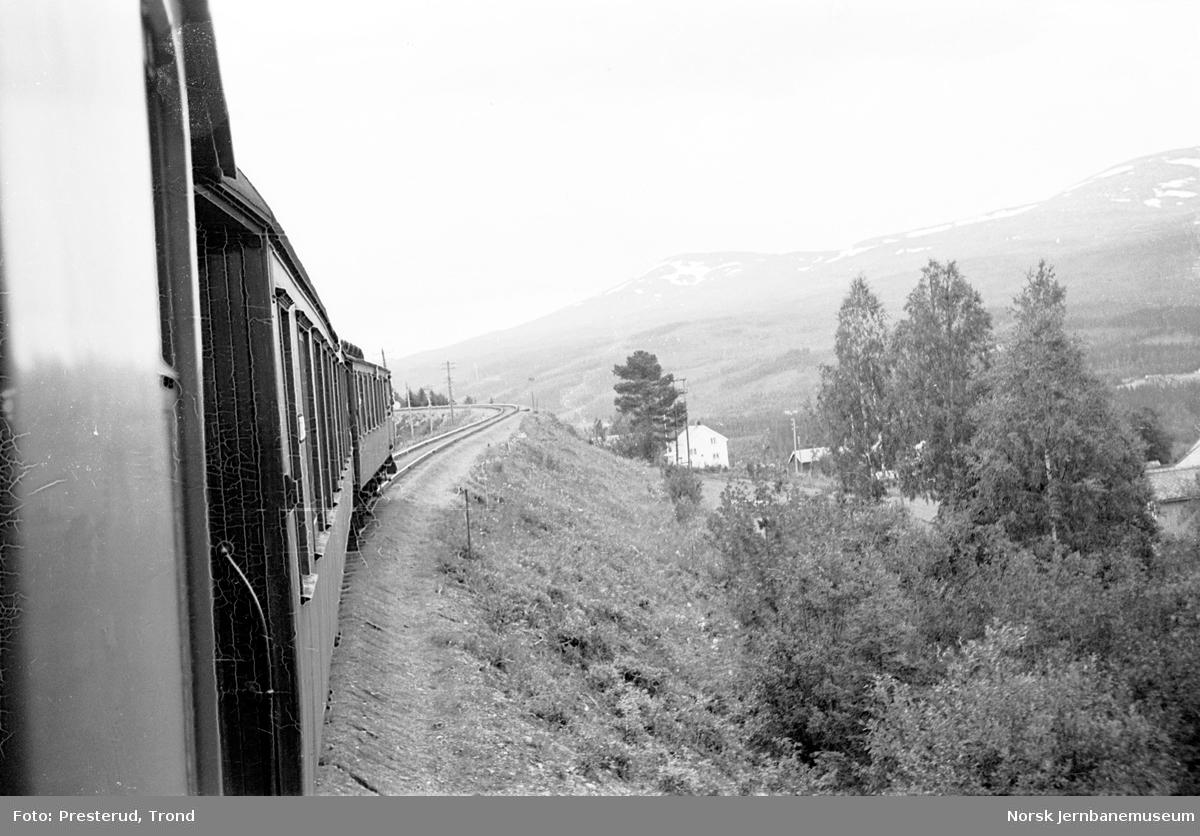 Tog på Meråkerbanen, fotografert bakover i toget