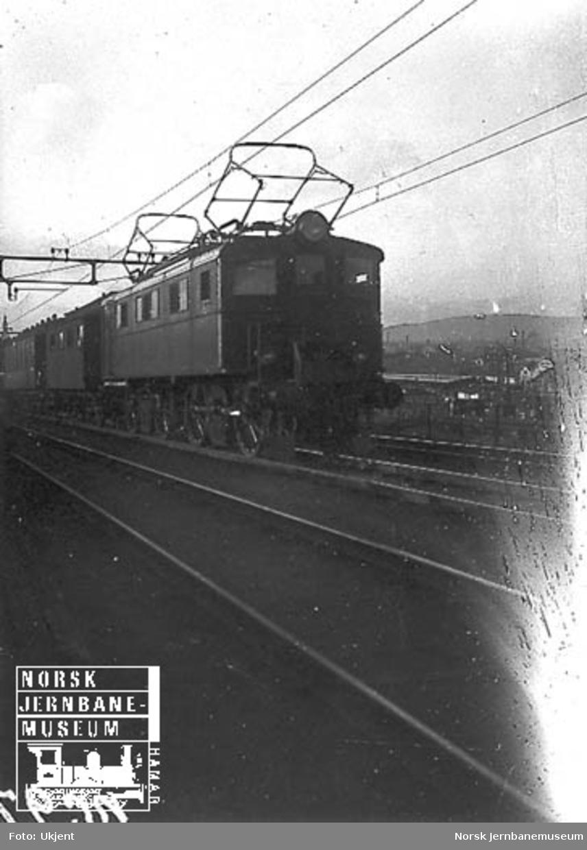 Elektrisk lokomotiv El 5 med persontog på vei mot Brynsbakken
