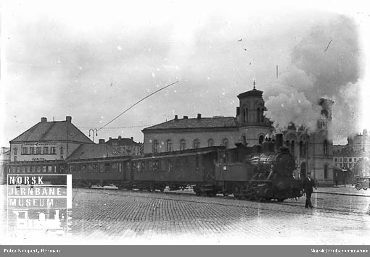Damplokomotiv av type 23b foran et persontog på vei ut fra Vestbanen