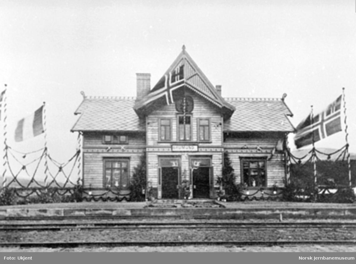 En pyntet Brumunddal stasjonsbygning ved baneåpningen