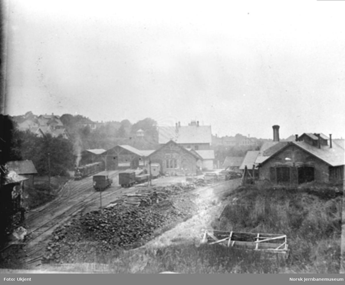Oversiktsbilde over Stavanger stasjon med et damplokomotiv med persontog på stasjonen