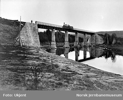 Ny Børke bru oppført 1865-66 med damplokomotiv på brua