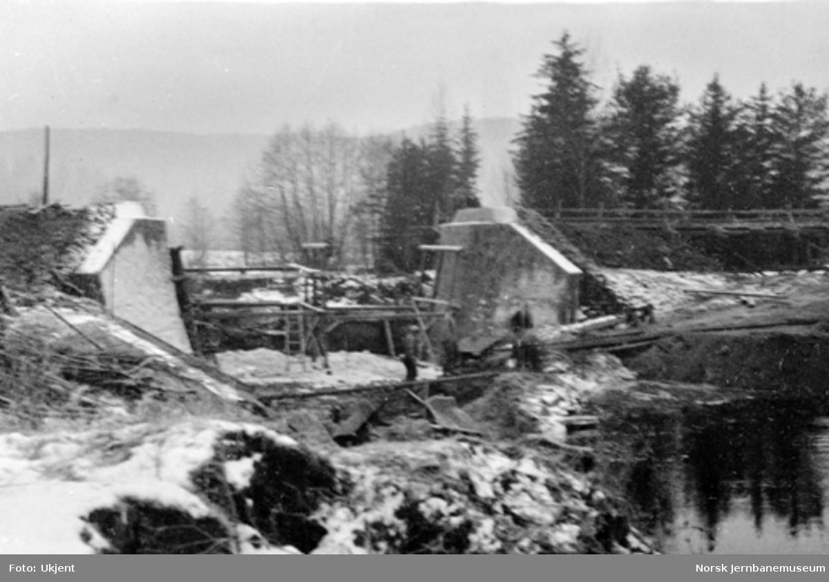Utgraving for nytt elveleie ved bru over Somma