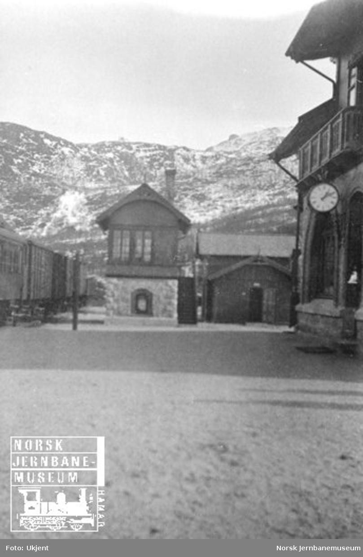Narvik stasjon med blandet tog i spor 1