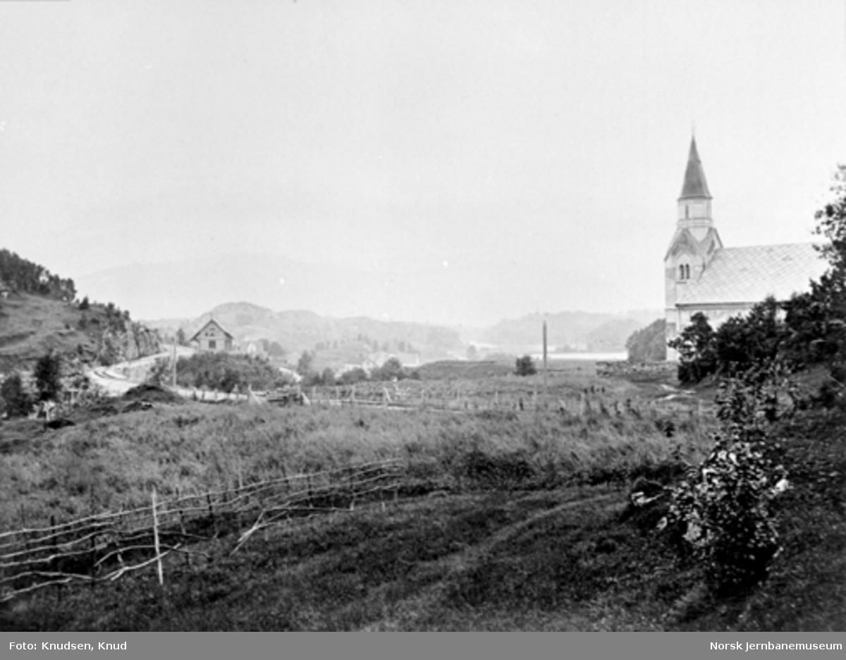 Parti fra Nesttun med kirken, brua over Nesttunelva og stasjonen i bakgrunnen