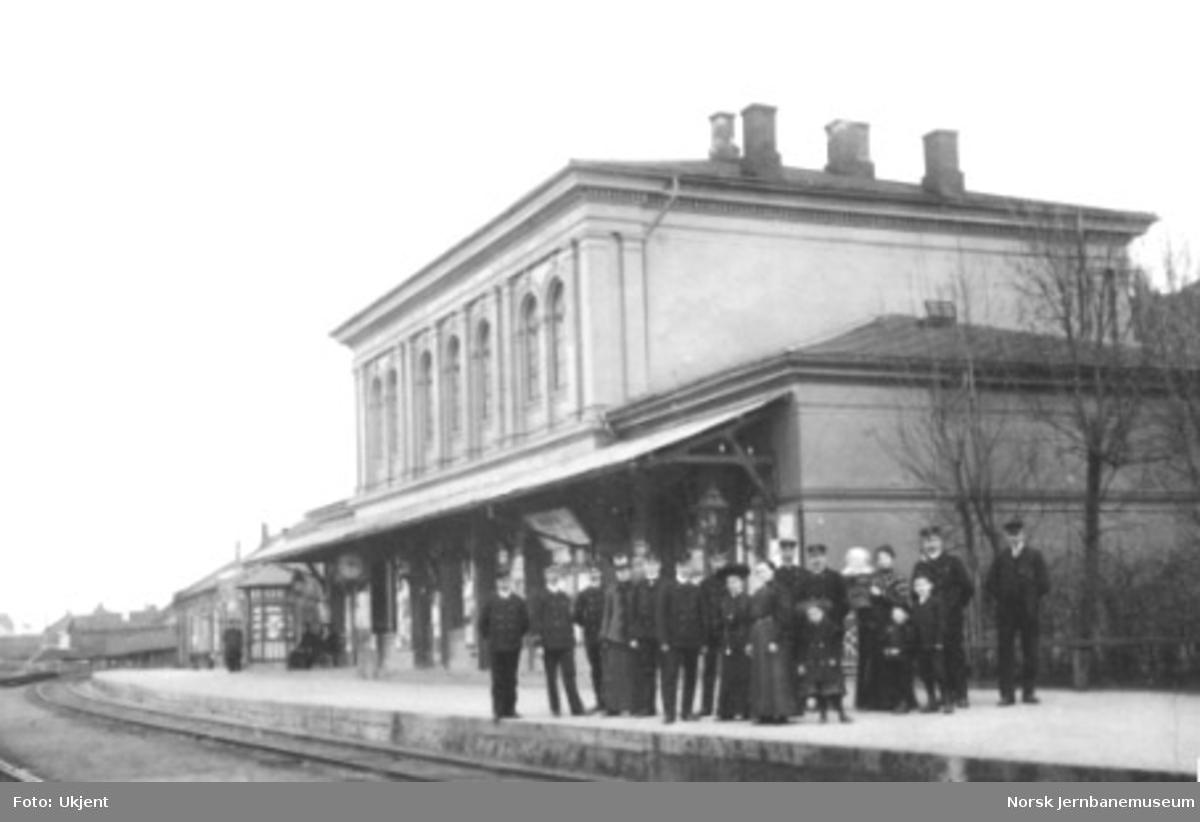 Personalet oppstilt utenfor stasjonsbygningen i Tønsberg