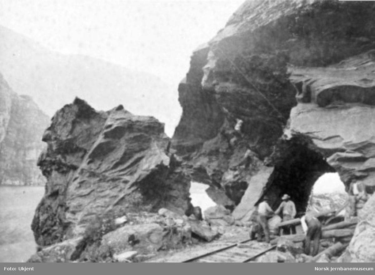 Banearbeidere i gang med å fjerne en utrast fjellblokk