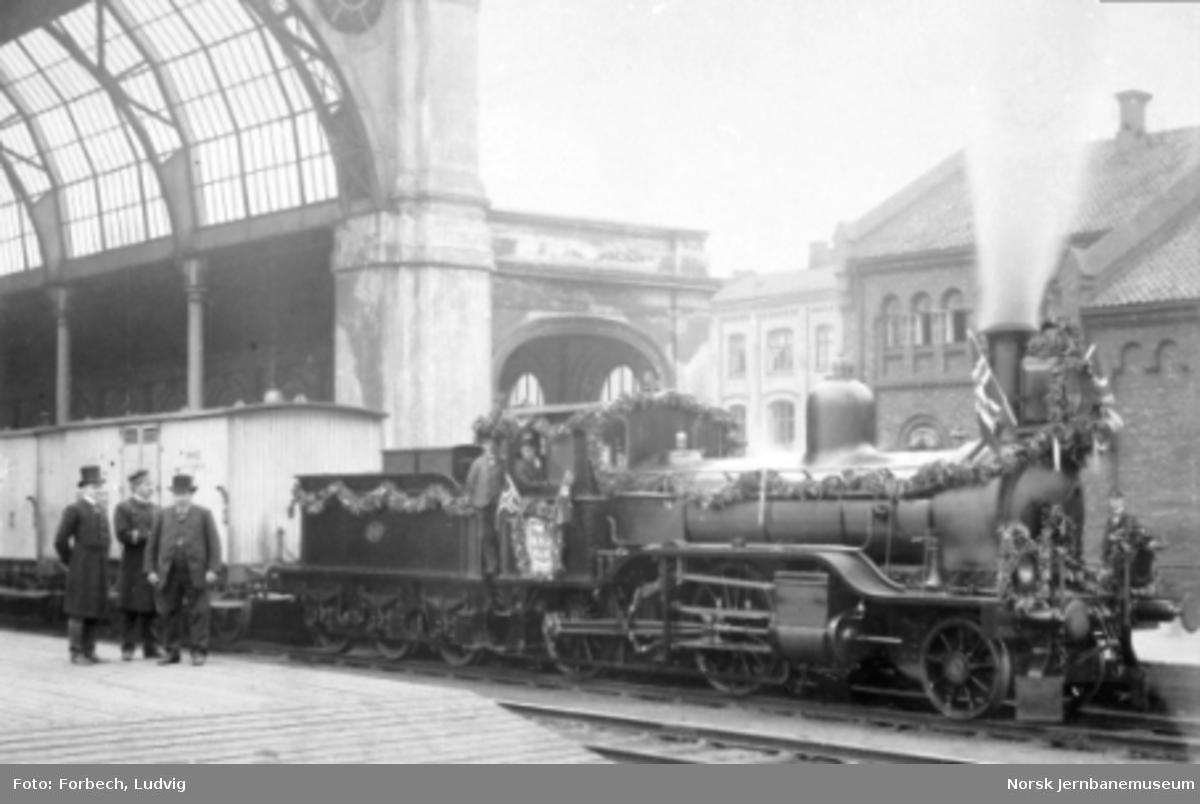 Et pyntet damplokomotiv litra B2 nr. 88 foran på Østbanen ved Hovedbanens 50 års-jubileum