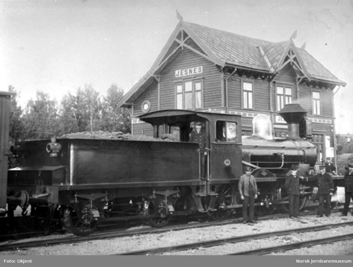 Damplokomotiv type 11a nr. 65 på Jessnes stasjon; stasjons- og togpersonalet er oppstilt foran toget