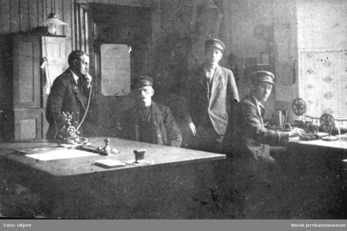 Fire mann på kontoret på Rena stasjon