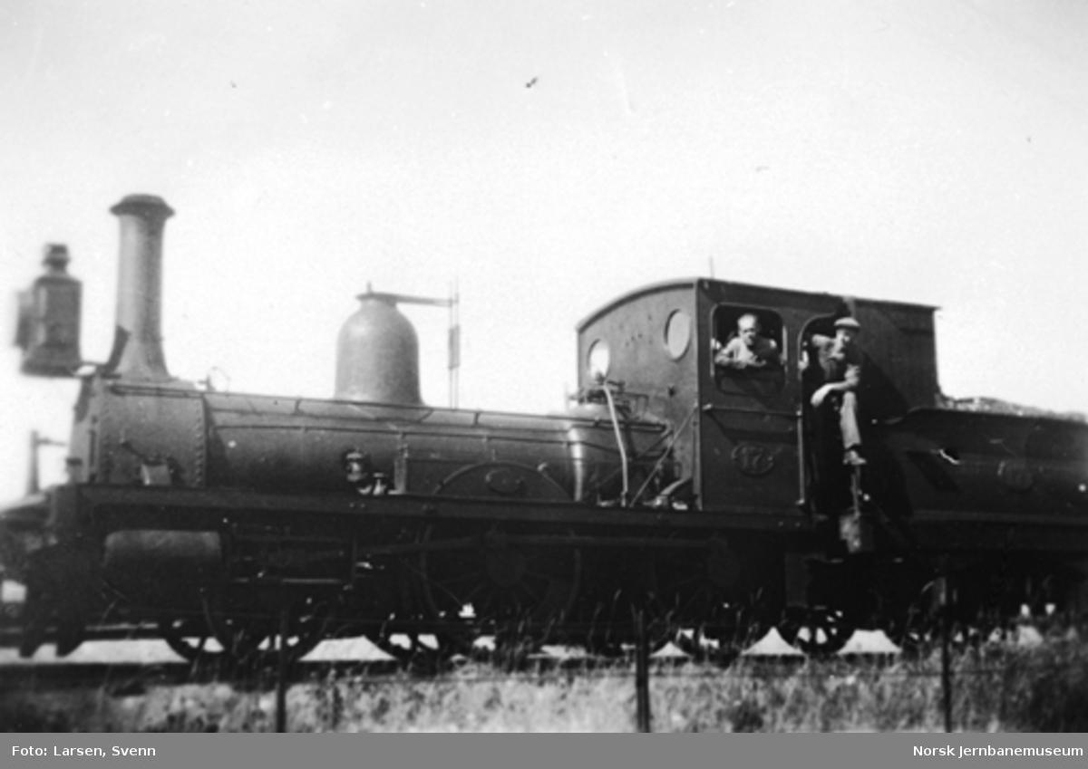 Nr. 17 på Klevfoss-sporet med Johan Skjærstad og Sigurd Tomter på lokomotivet