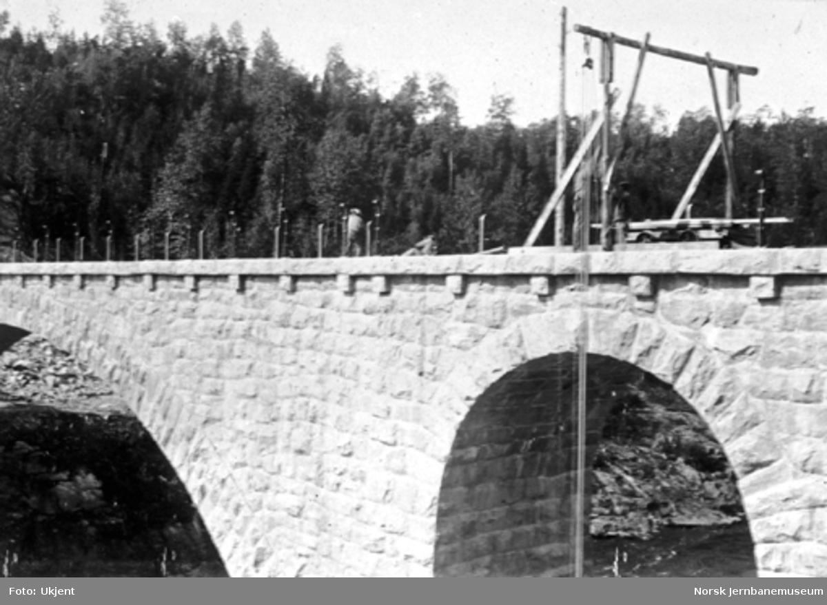 Bøylefoss bru under bygging, heisebom på brua