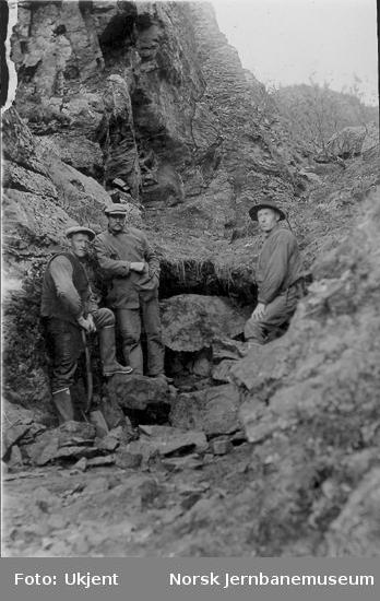 Tre anleggsarbeidere ved Dovrebanens anlegg