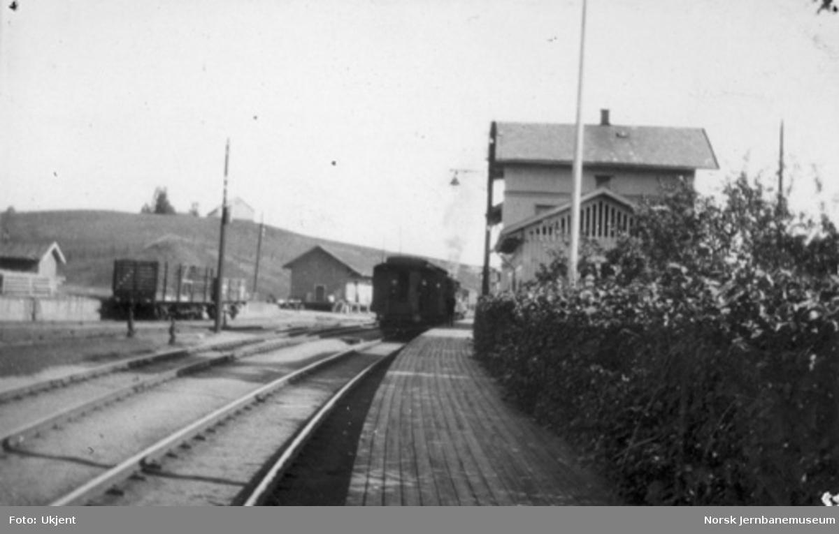 Bøn stasjon med persontog i spor 1