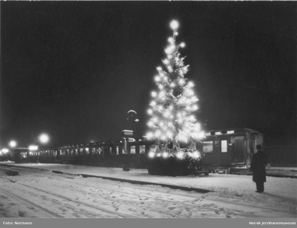 Hamar stasjon med pyntet julegran og sørgående hurtigtog