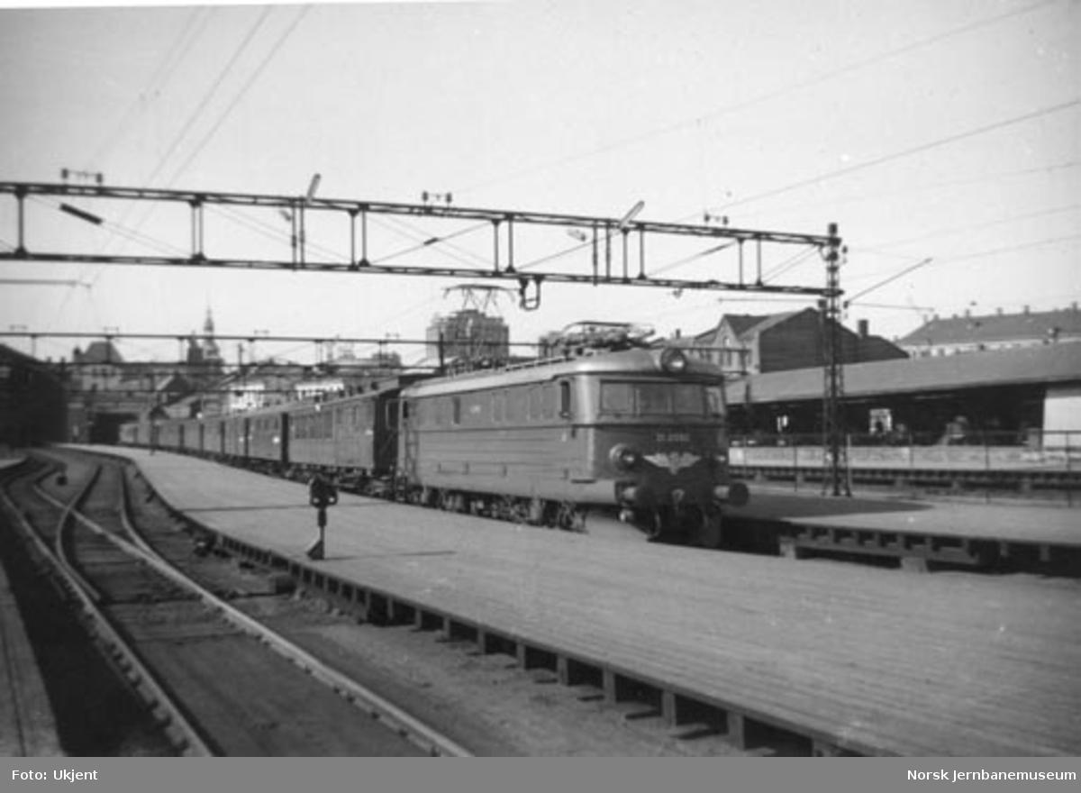 Elektrisk lokomotiv type El 11 nr. 2092 med persontog på Østbanen