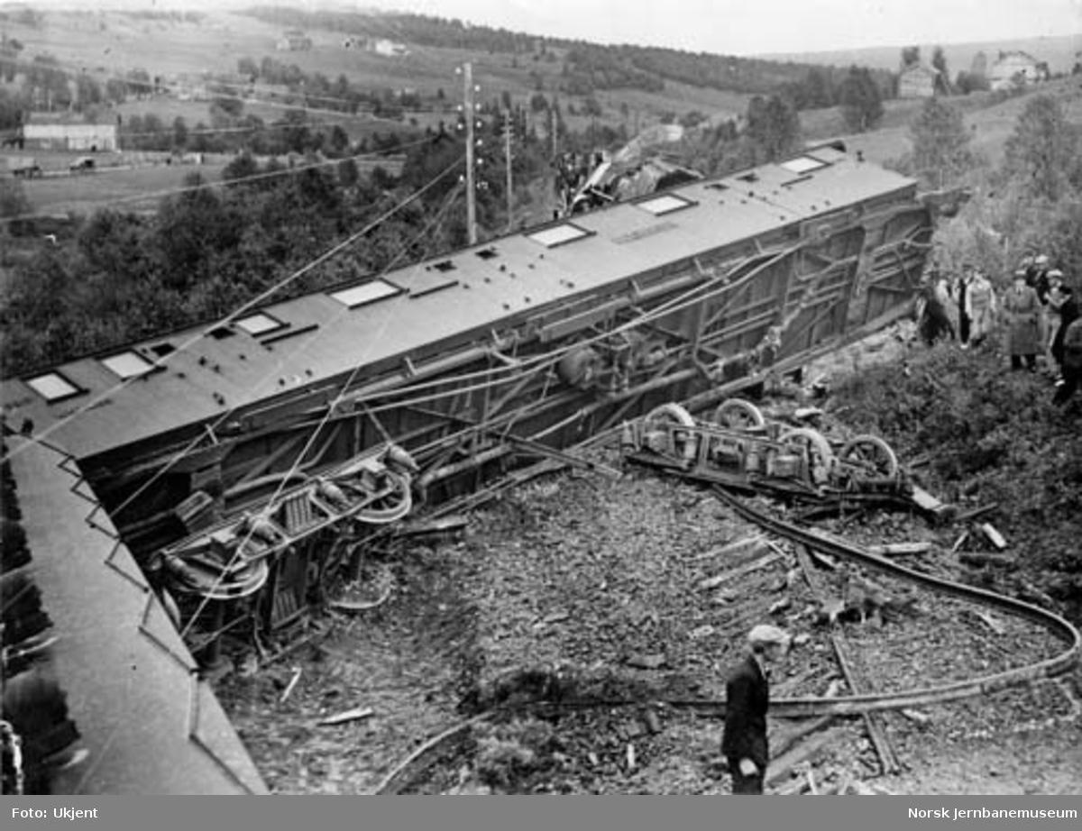 "Avsporet nordgående nattog trukket av ""Dovregubben"", damplokomotiv type 49b nr. 465"