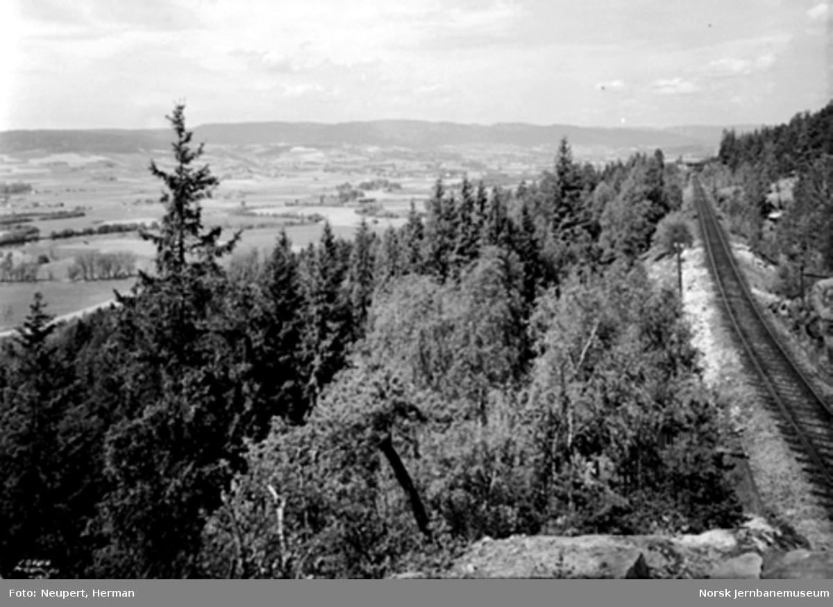 Jernbanetraseen i Lieråsen med utsikt mot Lierbygda