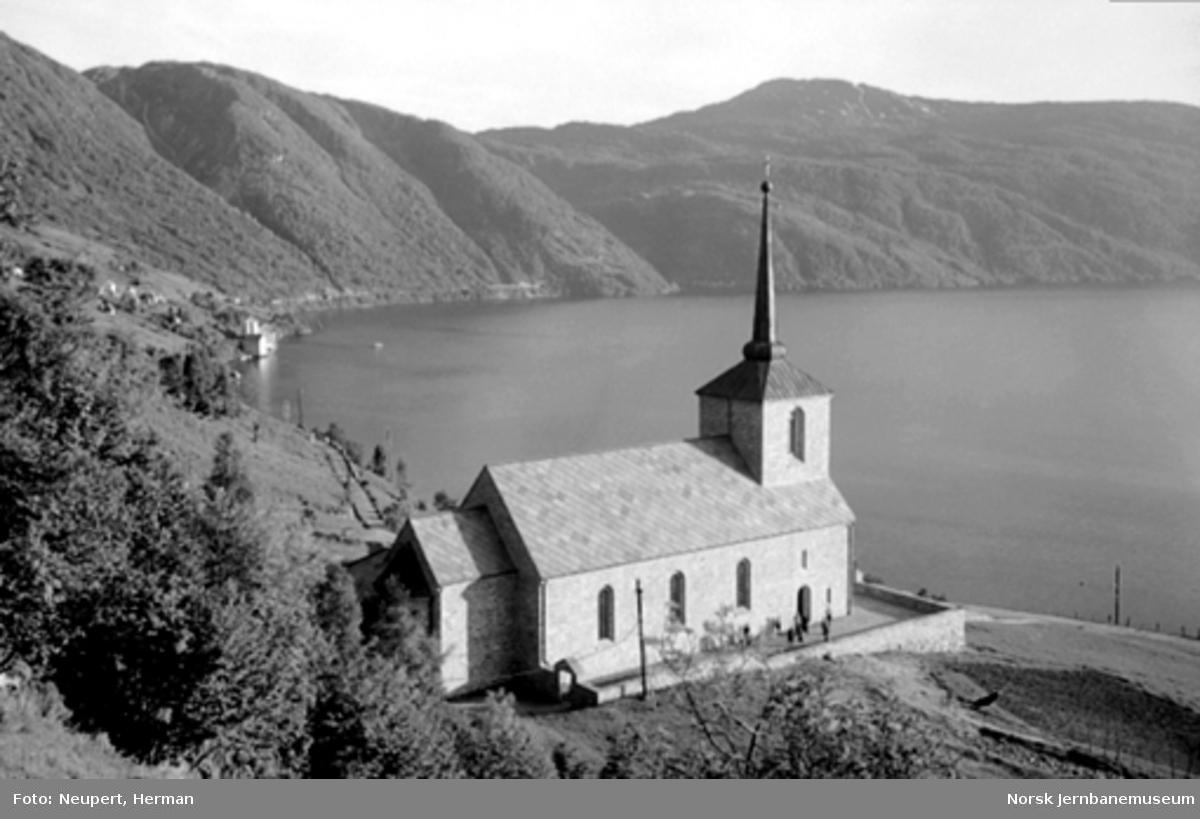 Vaksdal kirke med Sørfjorden i bakgrunnen