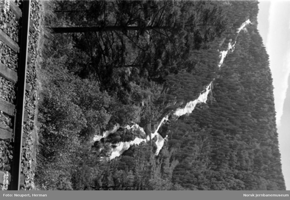 Raumabanen mellom Bjorli og Verma; utsikten mot fossen på motsatt side av dalen