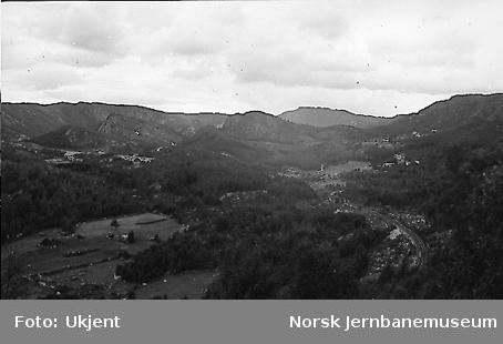 Utsikt fra linjen vest for Kvinesheitunnelen med brua over Lille Kvina i bakgrunnen : km 441,10