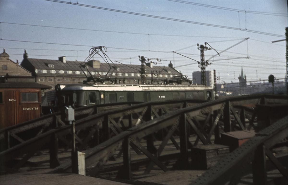 Elektrisk lokomotiv type El 11 med tog på Oslo Ø