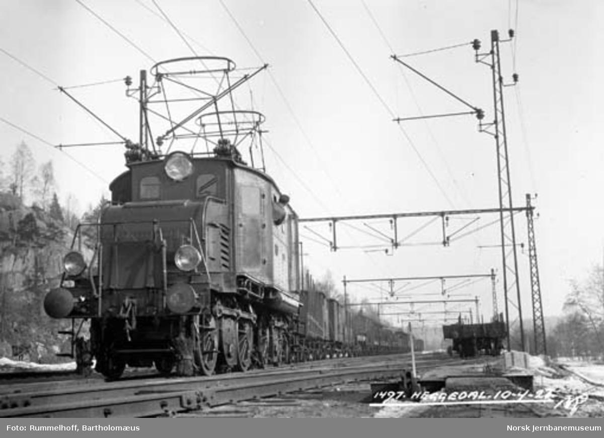 Elektrisk lokomotiv type El 1 med godstog på Heggedal stasjon