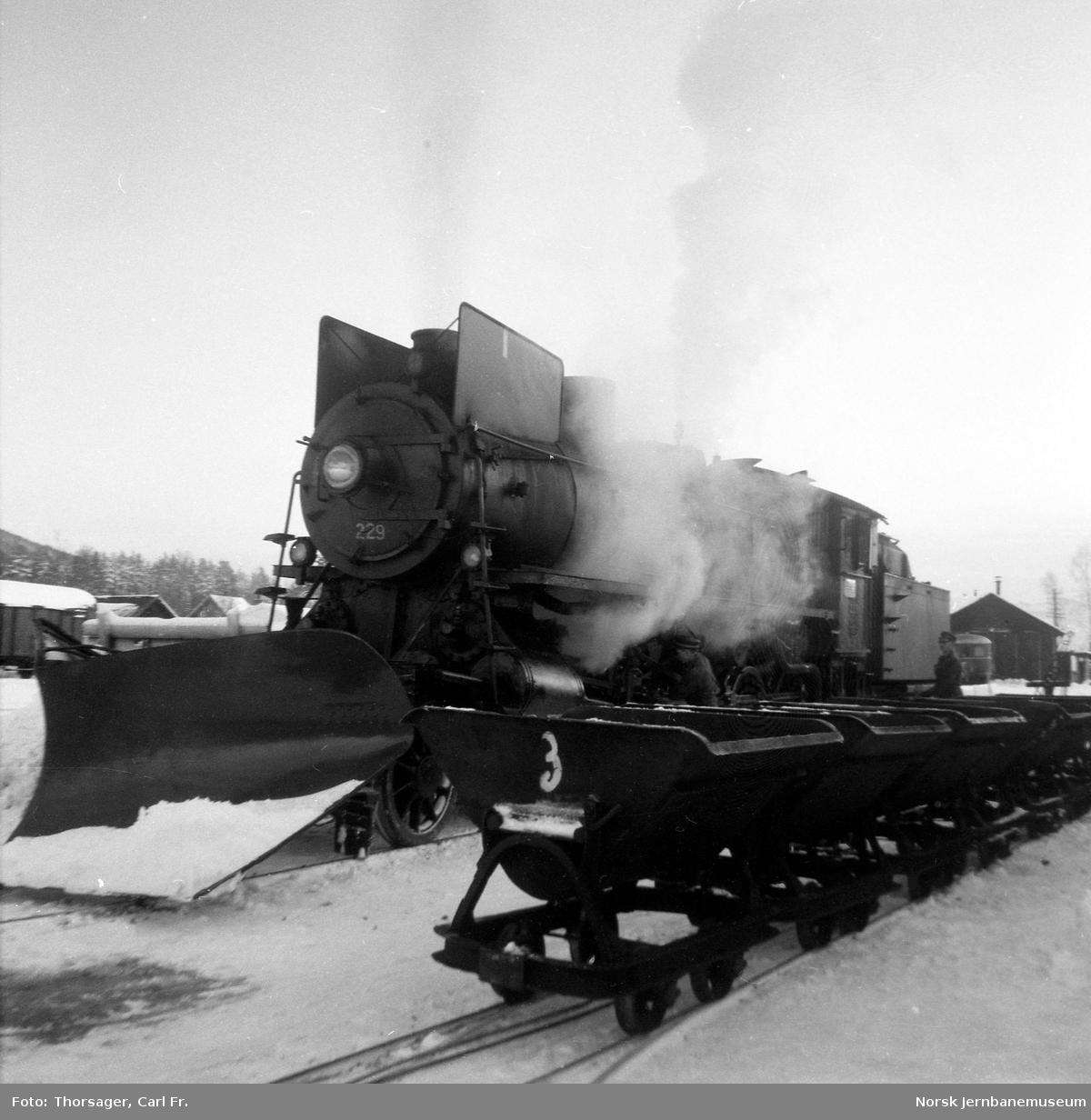 Damplokomotiv type 26b nr. 229 ved lokomotivstallen på Koppang