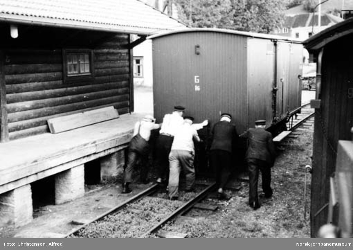 Skifting på Svorkmo stasjon med håndkraft