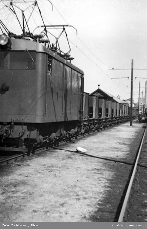 Thamshavnbanens elektriske lokomotiv nr. 1 med kistog på Thamshavn stasjon