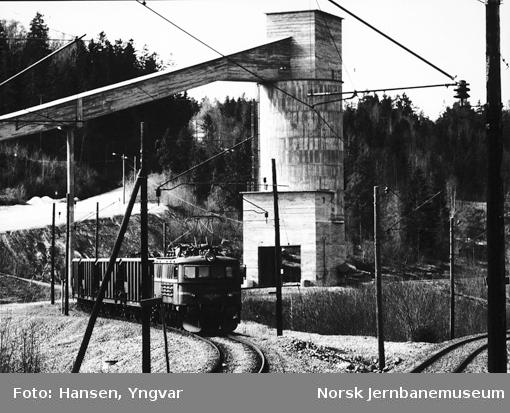 Kalksteinstog, trukket av elektrisk lokomotiv El 8 2067 og 2069, på Bjørntvedt sidespor