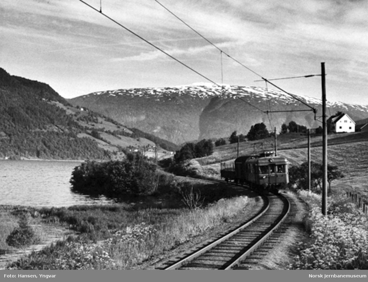 Elektrisk motorvogn BM 64 05 med blandet tog ved Granvinvannet
