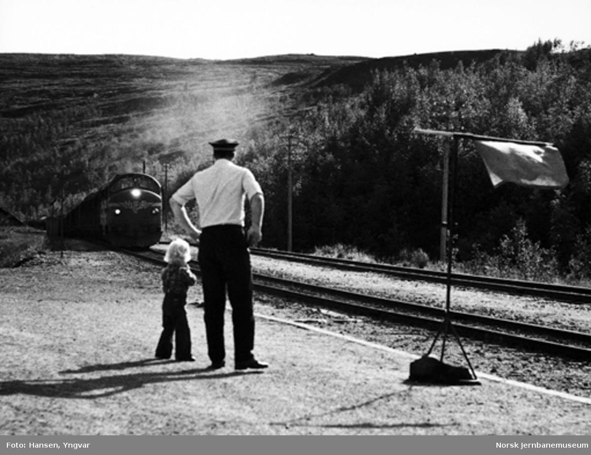 Togekspeditøren på Bolna stasjon gir kjøretillatelse til godstoget til Bodø