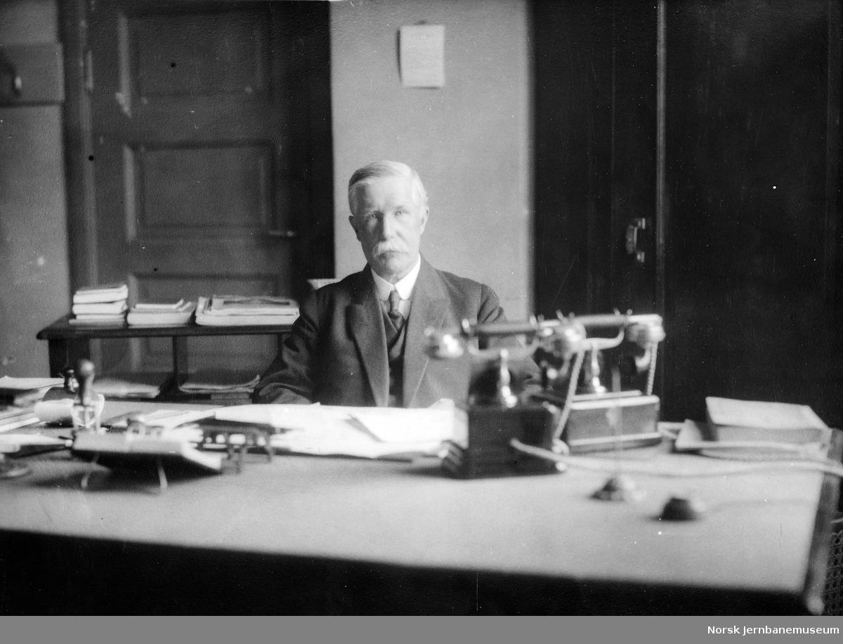 Telegrafinspektør Einar Rasmussen ved sitt skrivebord