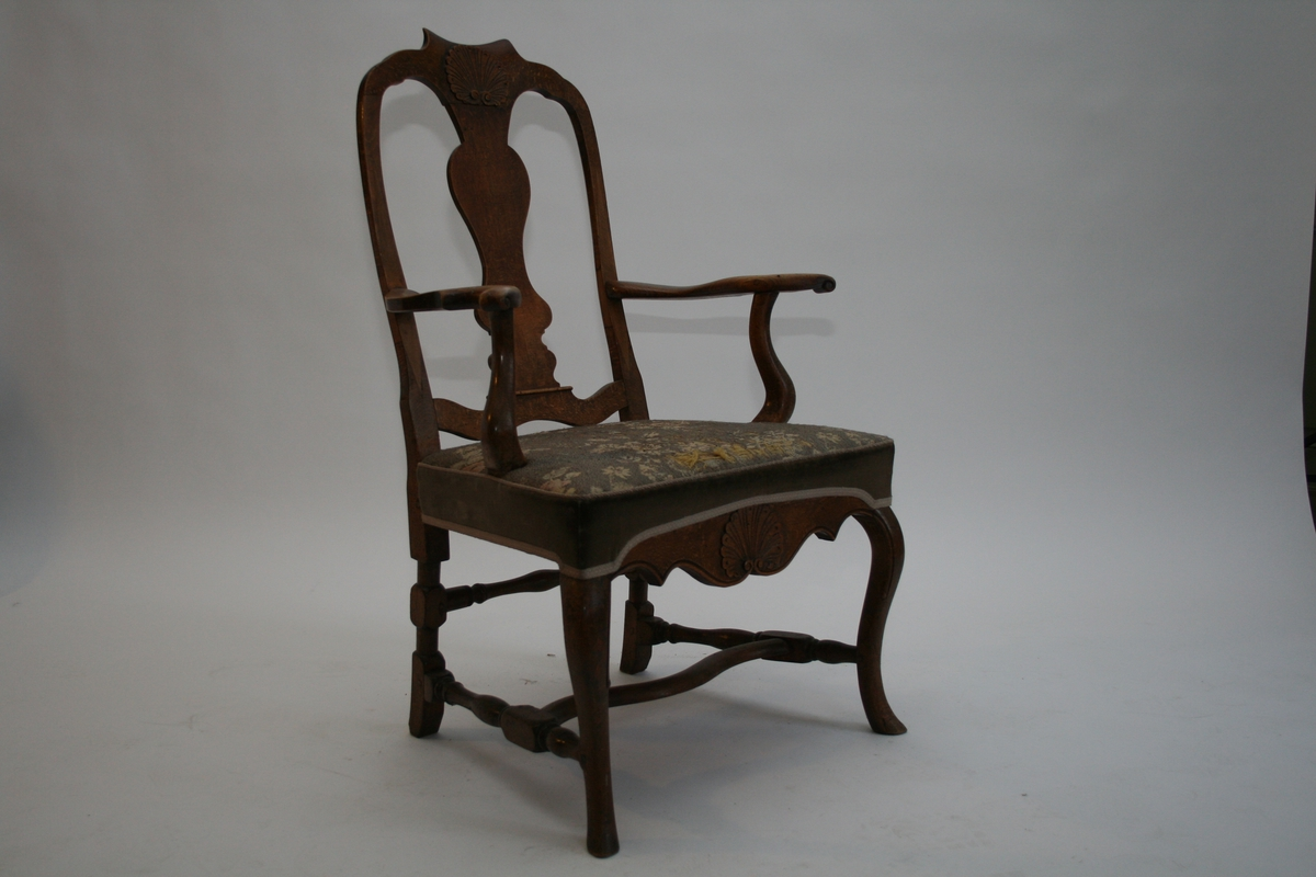 En rokokko armstol, skjellmønster m/trenagler.  Sete trukket i grått m/blomstermotiv.