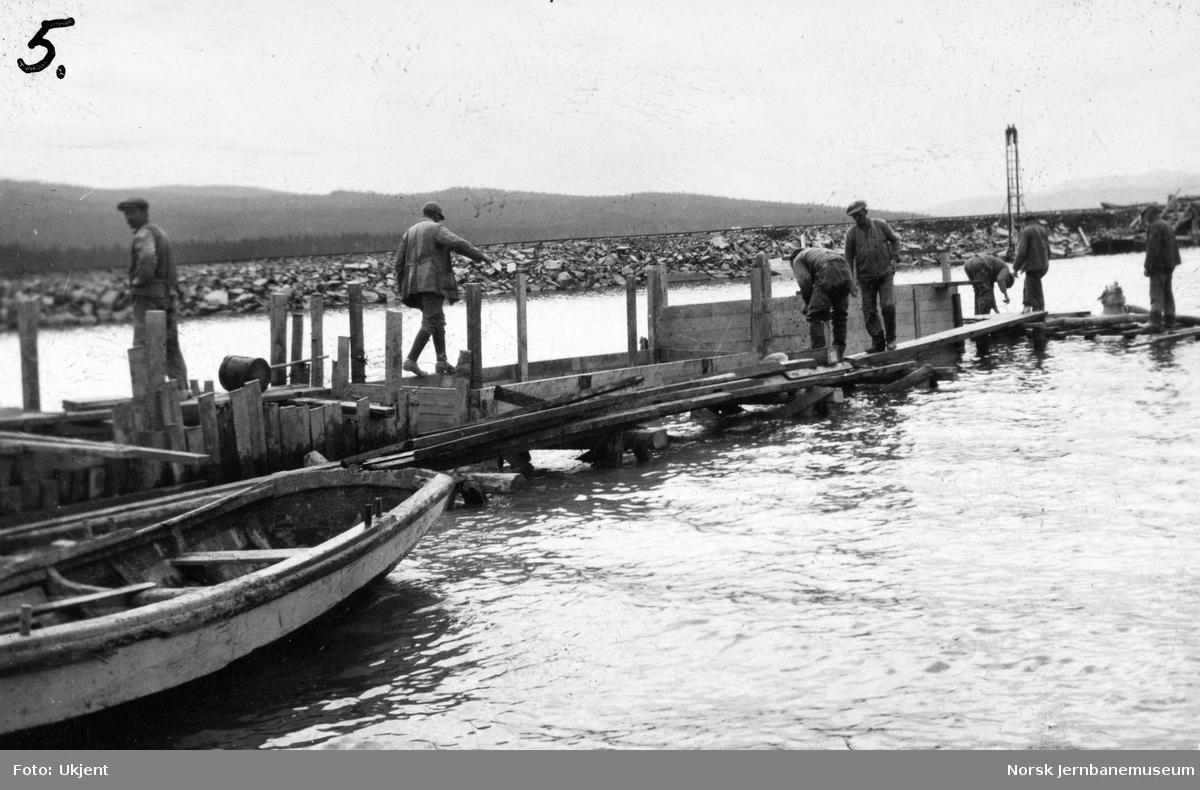 Legging av trerørledning fra senkbrønn til pumpehus for Valøy vannstasjon