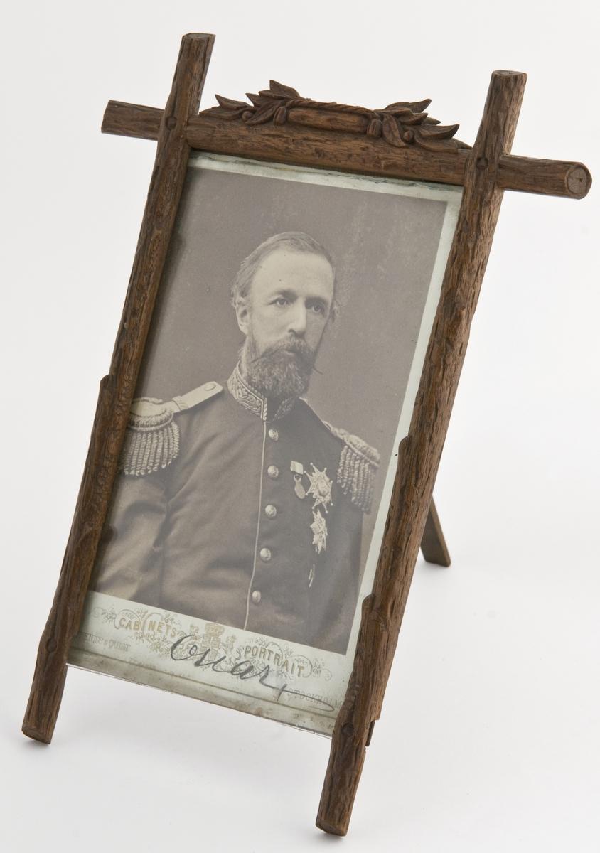 Portrett av kong Oscar 2. i uniform. Ordener og medaljer på uniformsjakken.