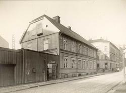 Bakkegaten 23, Oslo. Gatebilde med stort trehus.
