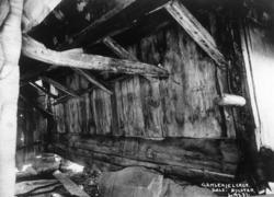 """Ytre Sæle gård i Bygstad i Gaular i Sogn og Fjordane, Sunnfjord. Innvendig konstruksjon av """"gamlekjeleren"""", fotografert før 1924."""
