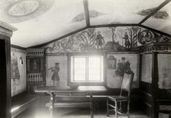 Synvisgård, Narjordet, Os, Nord-Østerdal, Hedmark 1936. Synvisstua. Interiør med dekorete vegger og tak, samt bord, benker og stol. Nå på Glomdalsmuseet.
